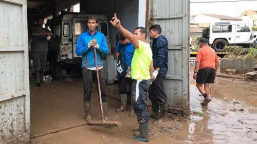 Rafael Nadal durante las tareas de rescate en Manacor