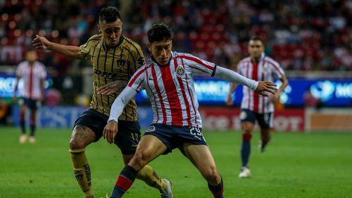 Martín Rodríguez intenta quitarle el balón a Alejandro Zendejas