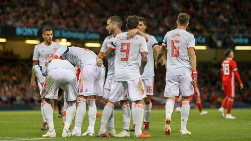 Jugadores de España celebran en la goleada contra Gales