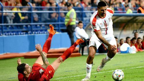 Aleksandar Mitrovic conduce el balón frente a Marko Vesovic