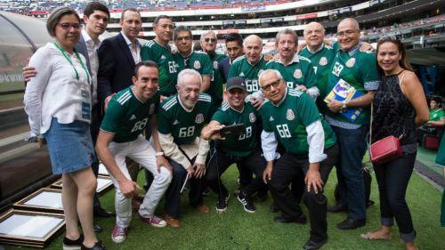 Exjugadores de México 1968 en el Estadio Azteca