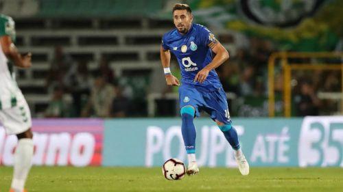 Herrera conduce el esférico en partido del Porto
