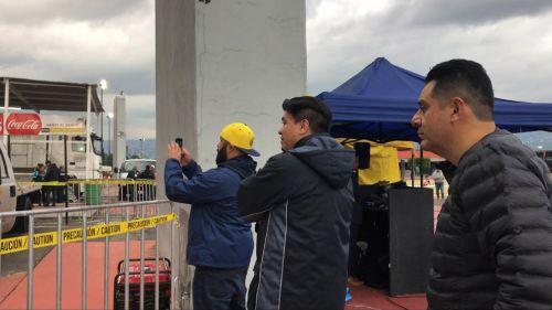 Aficionados del América se acerca a ver cabina del VAR