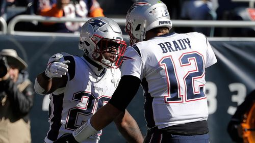 Tom Brady celebra con James White una anotación