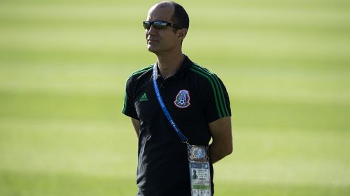 Guillermo Cantú observa entrenamiento del Tri