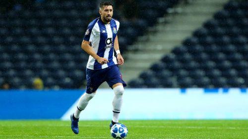 Héctor Herrera conduce el balón en un duelo con el Porto