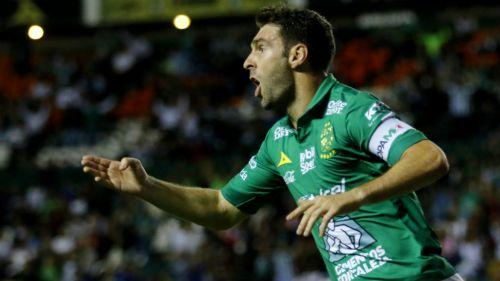 Mauro Boselli reclama una falta en un duelo con León