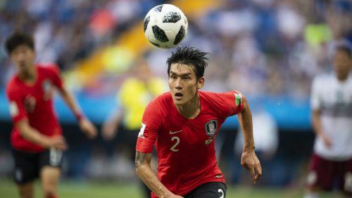Seleccionado surcoreado observa el balón en partido vs México