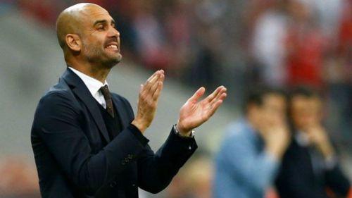 Guardiola aplaude durante un partido del City