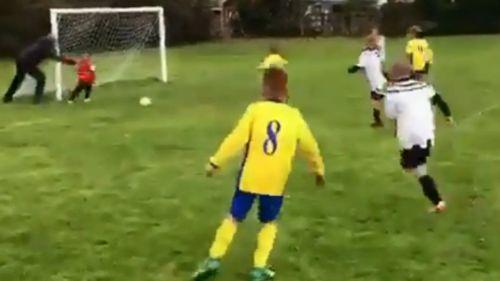 Empujó a su hijo para que ataje un gol