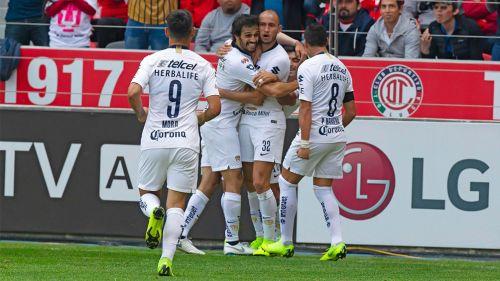Jugadores de Pumas festejando el gol ante Toluca