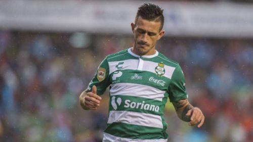 Brian Lozano se lamenta durante un juego de Santos