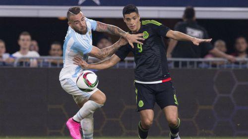 Otamendi intenta detener a Jiménez en el amistoso de 2015