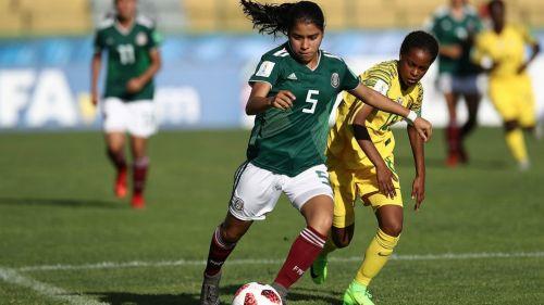 Ximena Ríos disputa el esférico con Miche Minnies