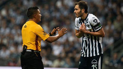 Basanta reclama una jugada a Fernando Guerrero