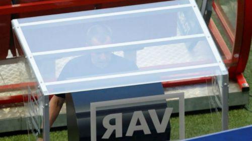 Se revisa una jugada polémica con el VAR
