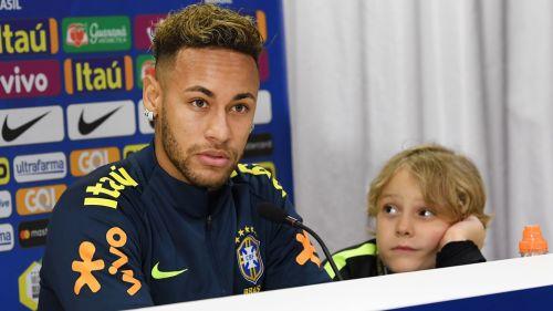 Mire el cruce entre Cavani y Neymar en pleno partido