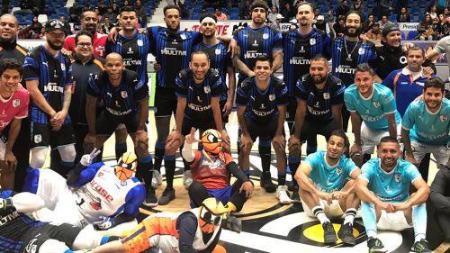 Jugadores de Gallos y Libertadores posan al final del partido