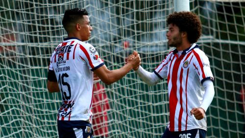 Ángel Sepúlveda y César Huerta festejan gol con Chivas