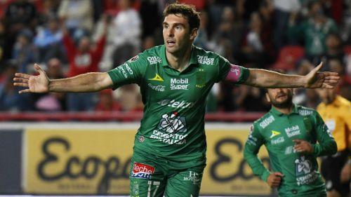 Mauro Boselli festeja gol con León