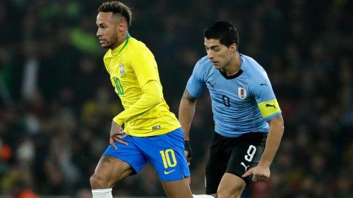 Neymar y Suárez disputan un balón en la Fecha FIFA