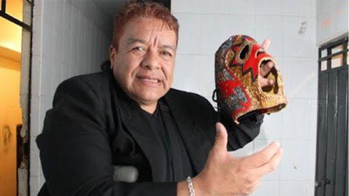 Hombre Bala sostiene su máscara