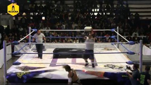 Suspenden a luchador que lanzó ladrillo a rival