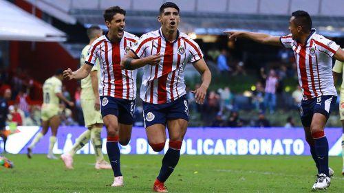 Alan Pulido festeja su gol en el Clásico Nacional