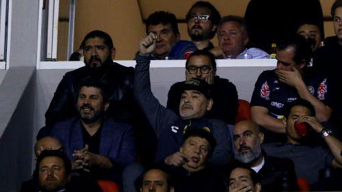 Maradona presencia desde el palco el duelode Vuelta vs San Luis