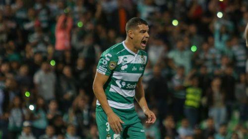 Gerardo Alcoba en un partido de Santos