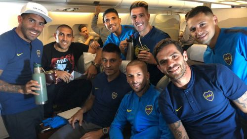 Jugadores de Boca, durante su llegada a Madrid