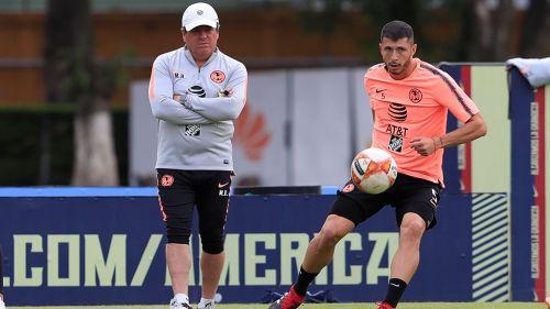 Piojo Herrera observa a Guido Rodríguez en una práctica