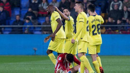 Karl Toko celebra anotación con sus compañeros en duelo contra Almería