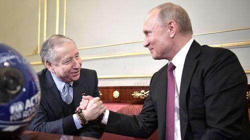 Jean Todt (izq) le da la mano a Vladimir Putin (der)