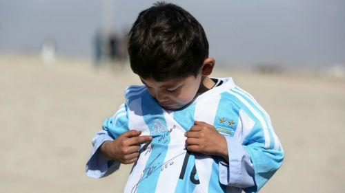 Niño fan de Messi, desplazado de Afganistán por la guerra