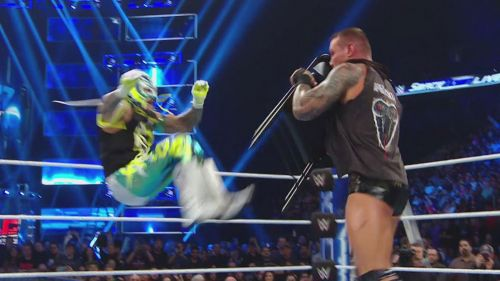 Rey Mysterio ataca a Randy Orton