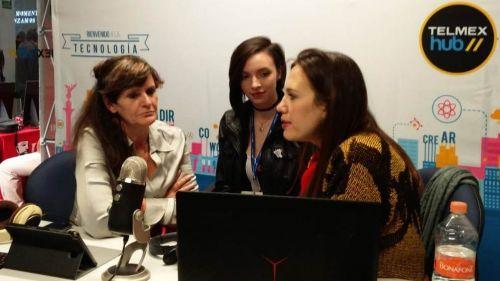 Ana Reyes y Adriana Guzmán platican con Cherrigan (centro) sobre REanuDar