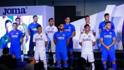 Jugadores del Cruz Azul durante la presentación del nuevo uniforme c5d6c4695a456