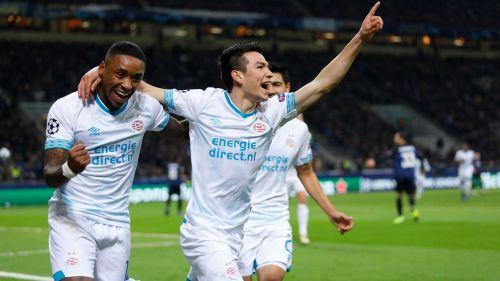 Lozano celebra una anotación en la Champions