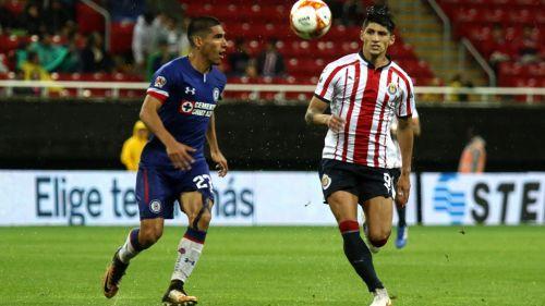 José Madueña y Alan Pulido pelean el esférico en el Estadio Akron
