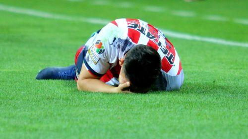Michael Pérez, se lamenta por lesión en juego de Chivas