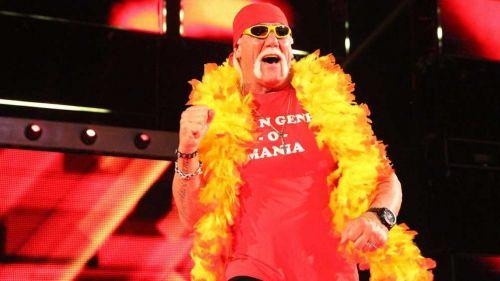 Hulk Hogan hace su entrada a RAW
