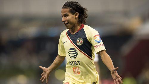Diego Lainez celebra una anotación con América