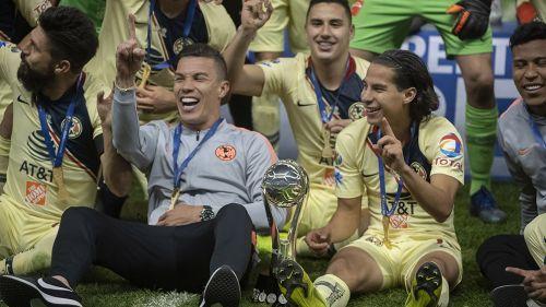 Lainez festeja el título 13 de Liga con sus compañeros de las Águilas