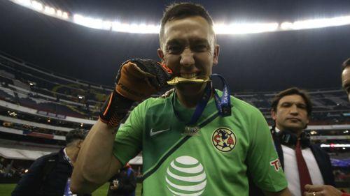 Marchesín presume medalla de Campeón con América