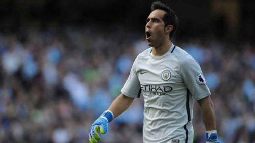 Bravo durante un partido con el Manchester City