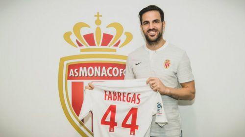 Cesc Fàbregas posa con el jersey del Mónaco