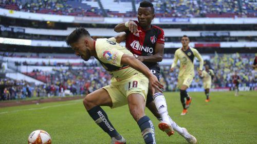 Bruno Valdez protege el balón contra Clifford Aboagye
