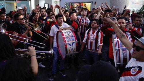 Afición le brinda serenata de bienvenida a las Chivas