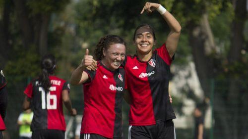 Jugadoras de Atlas Femenil festejan un gol contra Chivas en el C2019